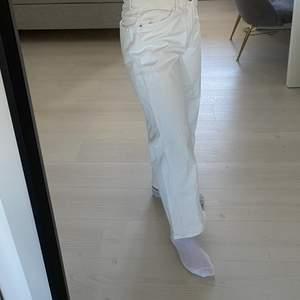 Säljer dessa jeans ifrån Lindex då dem ej passar mig i midjan. Jag älskar hur de sitter längs benen men tyvärr kommer dem aldrig till användning. 70kr + frakt