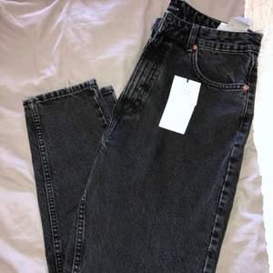 Helt nya endast testade, säljer pga inte min stil. Från zara storlek 44 men passar nog bättre som 42. Då jag beställde två par MOM jeans från zara så har ett par ljusa med slitningar som man kan få båda för 550kr (se bild 2)