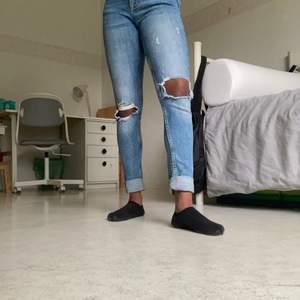 Lågmidjade jeans med hål på vardera knän, är ca 155 cm och behövde rulla upp benen, tighta i storleken men knappt använda.