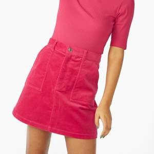 Rosa kjol från Monki. Är i storlek 40 men skulle säga att den mer passar en 38:a. Plagget är knappt använt och därför i jättebra skick. Första bilden är lånad då jag inte kan visa passformen eftersom den är för liten för mig! Frakten ligger på 49kr och betalas av köparen ✨