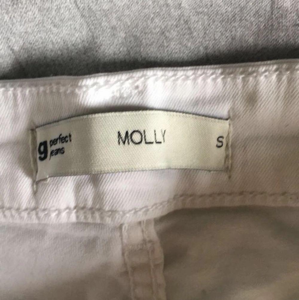 Fina vita jeansshorts i modellen Molly från ginatricot. Endast använda 1 gång. Säljer för att jag ej använder de.  Nypris 279kr , mitt pris 120kr +frakt💕💕. Shorts.