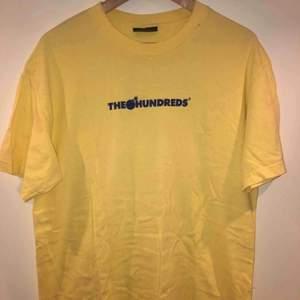 Ljusgul, cool tshirt från skatemärket The Hundreds Cond: 9/10 Köpte här på plick för några månader sedan och har använts ett fåtal gånger