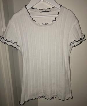 Vit ribbad t-shirt ifrån Zara, köparen betalar för frakten. Finns inte kvar på deras hemsida