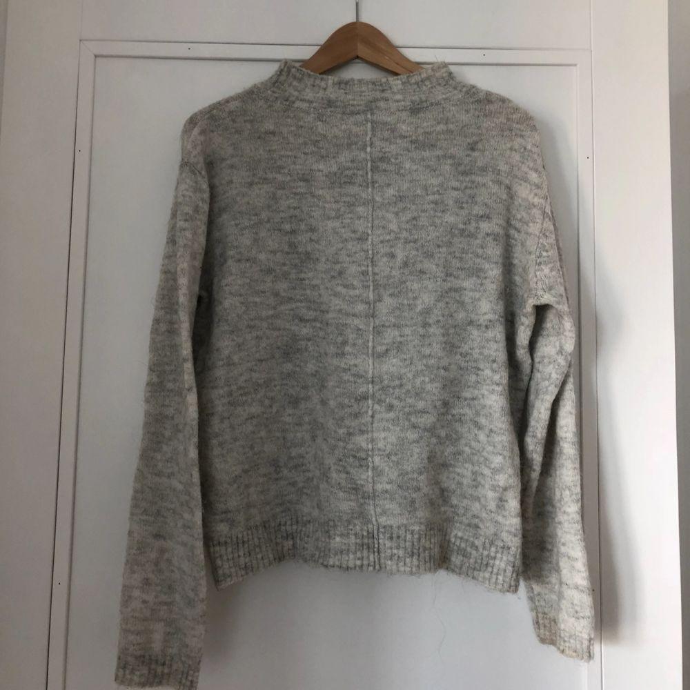 Mysig stickad tröja i ljusgrå! Eventuell frakt står köparen för 🌼 hör av er om du vill ha fler bilder. Tröjor & Koftor.