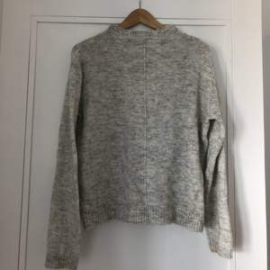 Mysig stickad tröja i ljusgrå! Eventuell frakt står köparen för 🌼 hör av er om du vill ha fler bilder