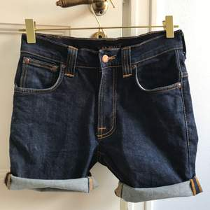 Ett par shorts/avklippta jeans från Nudie Jeans. Sparsamt använda. Storlek W30/L32, unisex. Levereras nytvättade. PRIS KAN DISKUTERAS VID SNABB AFFÄR! Finnes på Södermalm, Stockholm. Kan postas men då står Du för frakten. Mvh Marija