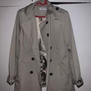 Säljer en beige kappa från märket Glamorous i storlek M. Kappan är ganska ny och passar med alla färger.