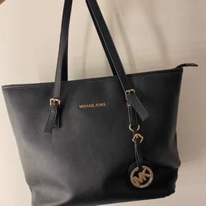 Säljer denna MK väska, den är fake därav billigt pris💞