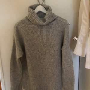 Storlek M. En stickad polo tröja. Sticks inte. Använd få gånger i bra skick.