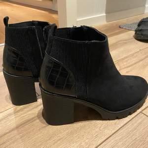 Skitsnygga boots i mocka med ormskinn i storlek 39, som passar superbra nu i vintern! Aldrig använda pga fel storlek. 200 + frakt 🚚
