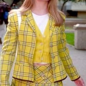 Gulrutig 90-tals kavaj!! Påminner om den kända outfiten från clueless filmen 💁🏼♀️
