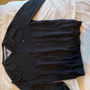 Svart sweatshirt från Tommy Hilfiger (frakt ingår i priset)
