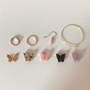 Säljer dessa suuuperfina örhängen som jag har gjort själv. Ej nickelfria. Har färgerna rosa, svart och blandad, färgerna kan ni se på första bilden. På första bilden ser ni även vilka olika hängen jag har att välja på (de andra om man räknar från vänster kan man lägga till på hängena) På andra bilden kan ni se olika designer. 30/par + frakt (10kr)! Kontakta mig vid intresse!💘.‼️PRISET HAR SÄNKTS (20kr) rabatt‼️