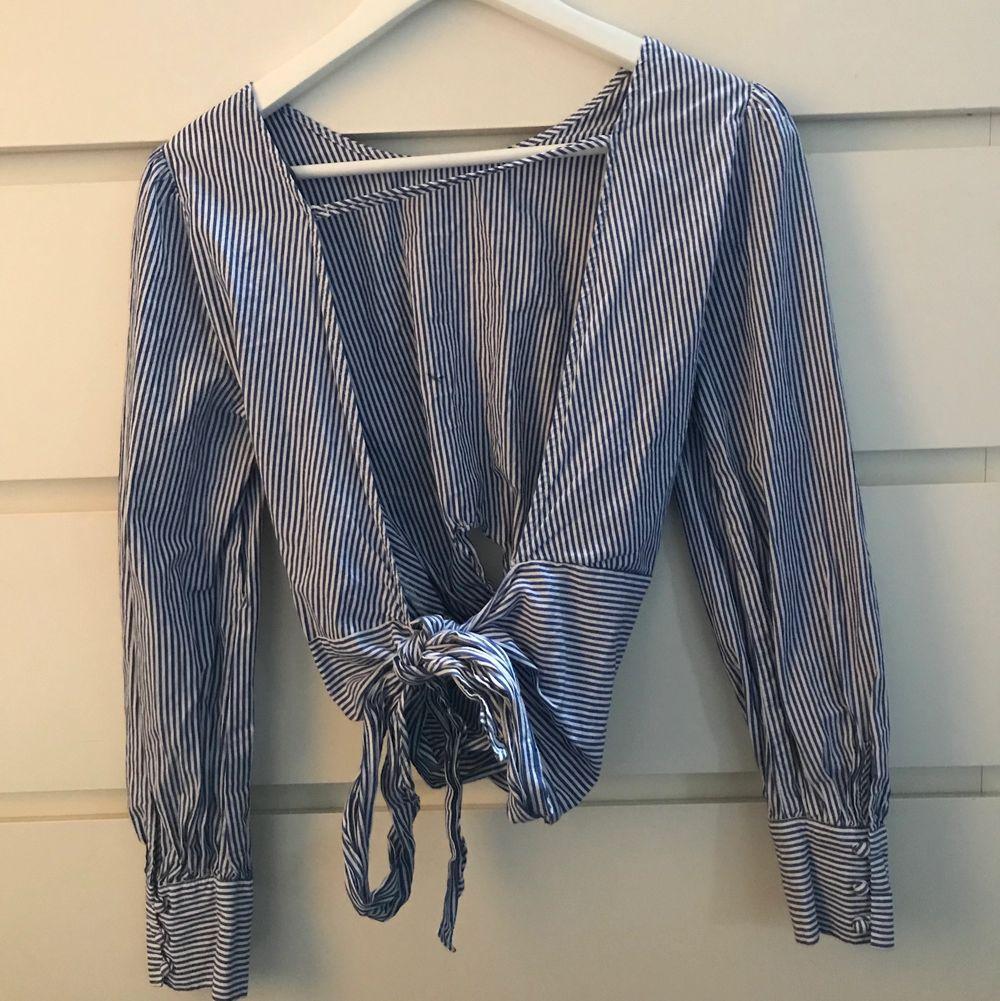 Randig fin blus, öppen rygg med knyte! Storlek XS men skulle även passa S!. Blusar.