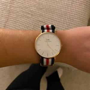 Säljer min ena Daniel Wellington klocka. Endast använd 2/3 gånger. Storleken är 40mm. Kan skickas i orginalbox om det önskas.