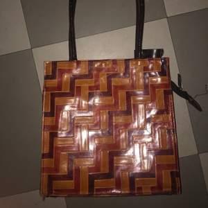 Väldigt unik retro vintage väska som min mamma köpte i barcelona när hon va 19, kommer aldrig till användning!  Vet inte vad jag ska ta för den så ni får BUDA!!