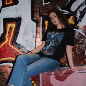 """Har ett UF företag vid namn """"Donna Forte UF"""". Vi säljer denna snygga t-shirten med egengjorda tryck. Trycken är till för att representera starka kvinnor därav vid namnet Donna Forte vilket betyder """"Stark Kvinna"""". Finns i storlekarna S- XL.                                        Skriv gärna till oss på insta vid intresse @donnaforte_uf                                                        Kan mötas upp i Göteborg eller frakta"""