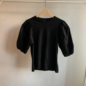 Säljer denna svarta puffärms T-shirt då den var för stor för mig, strl S i bra skick. Skriv om du är intresserad eller undrar något💕