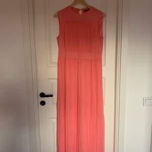Hej 💝 Säljer denna fina Stockholm LM balklänningen! Skriv för mer info eller bilder. Jag köpte den för 899kr inne på MQ och har endast använt den en gång! Storlek 40 men passar även storlek 38💞 säljer för endast 300