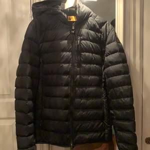 Parajumpers jacka som använt 2 gånger. Använder inte dem. Storlek XL passar även L-M. Buda