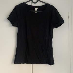 Vanlig basic tshirt från Hm. Stretchig. Den är lite skrynklig nu då den legat i garderoben länge, så den behöver strykas. Annars mycket bra skick.