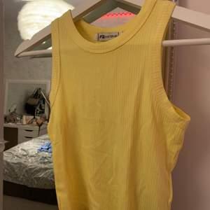 Säljer detta linne från newyorker. Fin gul sommar färg! Modellen är lite kortare. Kan mötas upp i Gävle/Söderhamn annars skickas för 23kr ✨