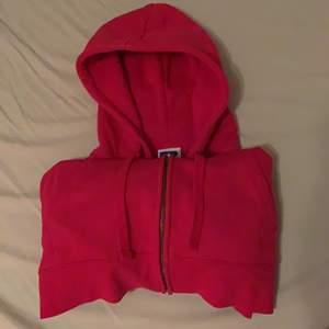 säljer denna jättefina rosa tjocktröja då jag har alldeles för många. perfekt nu till hösten, supermysig och i bra skick☺️ frakt tillkommer