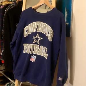 Mörkblå tröja med texten cowboys football, köpt på beyond retro. Asskön och snygg säljer för jag har liknande. Högsta bud just nu är 260kr+frakt. Avslutar på onsdag!