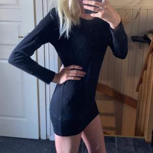 En klänning eller tröja i storlek 38.