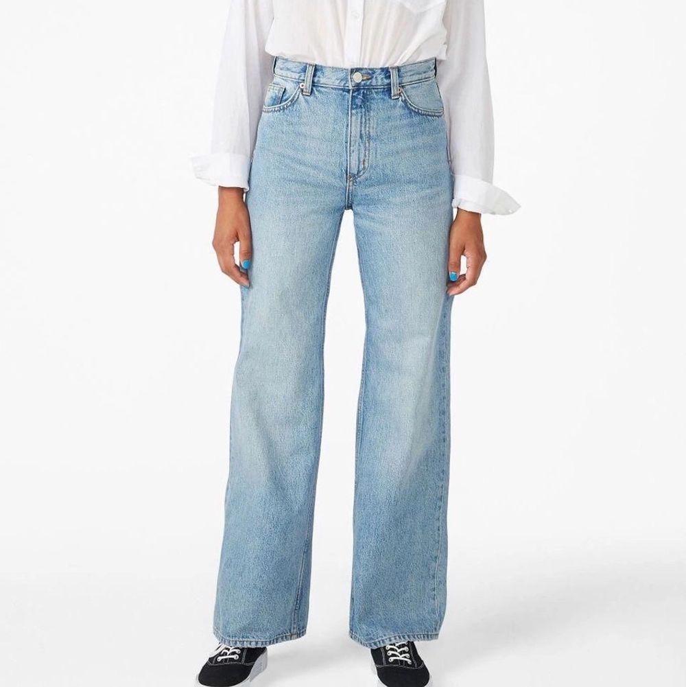 Ett par monki yoko jeans i storlek 28 knappt använda då de växte efter att jag hade använt dem några gånger                              färgen är ljusblå med blekare slitningar och säljs inte längre                                                                                     De är för korta för mig som är 173 skulle rekomendera att man är kortare😊  Innerbensmåttet är 74 cm  Frakten kostar 88kr📦. Jeans & Byxor.