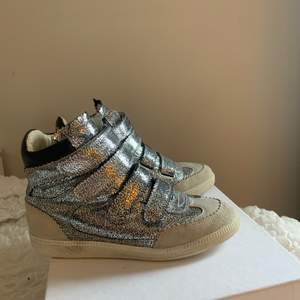 Nästan oanvända sneakers från ISABEL MARANT. Storlek 36 men passar för 37-37,5. Nypris 6500kr.