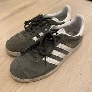 Säljer mina mörkgråa Adidas Gazelle sneakers i storlek 36 2/3. Använda. Så jävla sköna att gå i. Köptes för 900kr, säljer för 250kr