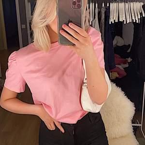 Säljer dena skitsnygga rosa tröjan från hm, med puffiga axlar! Aldrig andvännt! Köpare står för frakt💖