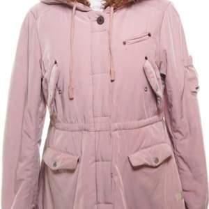 Jättefin dusty pink/gammelrosa jacka från Odd Molly med en stor mysig huva som delvis är i äkta fårull.  Storlek 3, passar M eller liten L skulle jag säga.  Den är sparsamt använd och är i väldigt gott skick ! Köpt för 2899kr och säljer den för bara 750kr