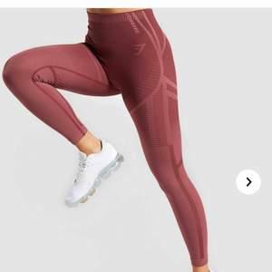 SÖKES!! Geo seamless tights från gymshark! Slutsålda på hemsidan. Intresserad av både de röda och svarta! Strl XS. Skriv om du vill sälja! Evigt tacksam 🥺<3