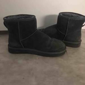 Gråa boots Storlek 41  Passar jättebra till vintern när det är kallt  I väldigt bra skick