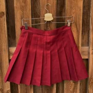 Vinröd kjol från American Apparel! Är lite liten för mig som vanligtvis har M, så passar mer en S.   Frakten ligger på 44kr och betalas av köparen💫