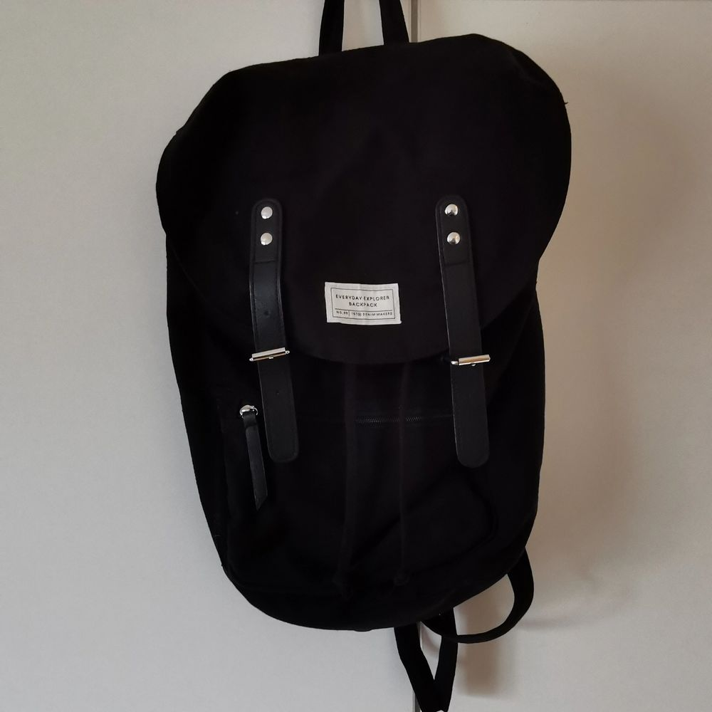 svart tyg ryggsäck från lager 157, avlång i formen. använd men i bra skick, skriv för fler bilder!               🥣fri frakt. Väskor.