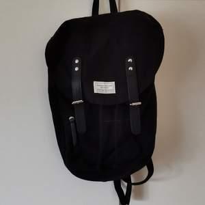 svart tyg ryggsäck från lager 157, avlång i formen. använd men i bra skick, skriv för fler bilder!               🥣fri frakt