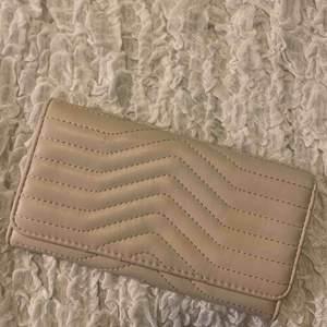 Säljer denna perfekta beige väskan till balen. Endast använd en gång, till min bal🥰.