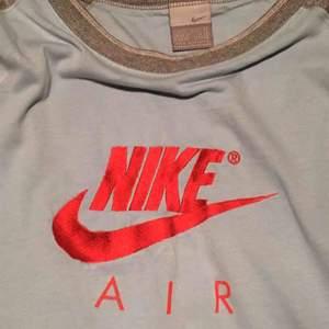 Säljer en av mina FAVORIT T-shirts, köpt second hand. Storlek XL, men passar oversize på mig som XS. Två ljusa fläckar på framsidan men annars helt ren, frakt: 30kr 🌞