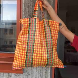 Unik väska i påsformat   Perfekt om man har några smågrejer man inte får plats med i handväskan   Material: plast   Ej använd.  Kan mötas upp i Stockholm