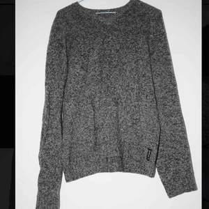 """Stickad, v-ringad Armani tröja. Grå, som """"bräckt"""" vit och svart. Varm i ull!  Den passar absolut en M men sitter lite mer ledigt på en S"""