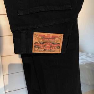 Fina vintage-jeans!👼🏼 Svag bootcut som faller snyggt över sneakers. Jag är 36a i jeans, passar nog 34-38 beroende på hur man vill att dem sitter👼🏼 klippt dem 2 cm för en sliten look vid anklarna (bild 3) nyskick & mattsvarta. Frakt tillkommer på 60:-
