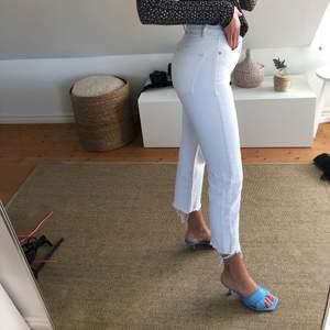 Helt oanvända vita Zara jeans med slitningar nedtill😍 jag är 173 cm lång! Köparen står för frakt!💛