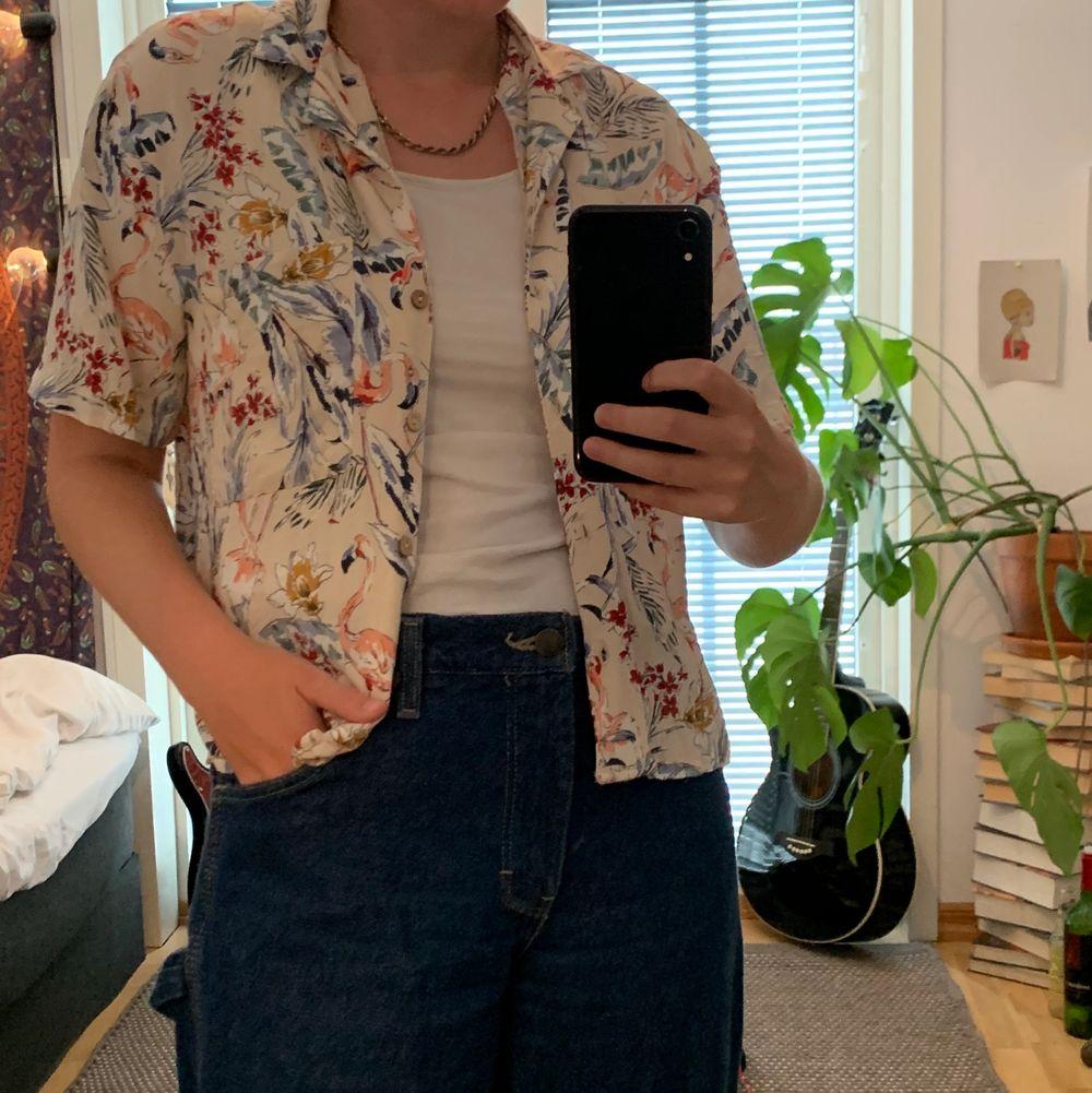 Jag säljer mina somriga hawaii skjorta från Pull&Bear. Stl S. Säljes för 100kr+frakt(42kr)🤩. Blusar.