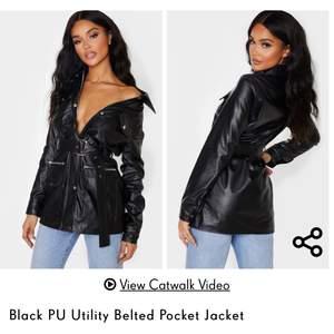 Jag säljer min fina skin jacka/klänning från prettylittlething i storlek S i nyskick.