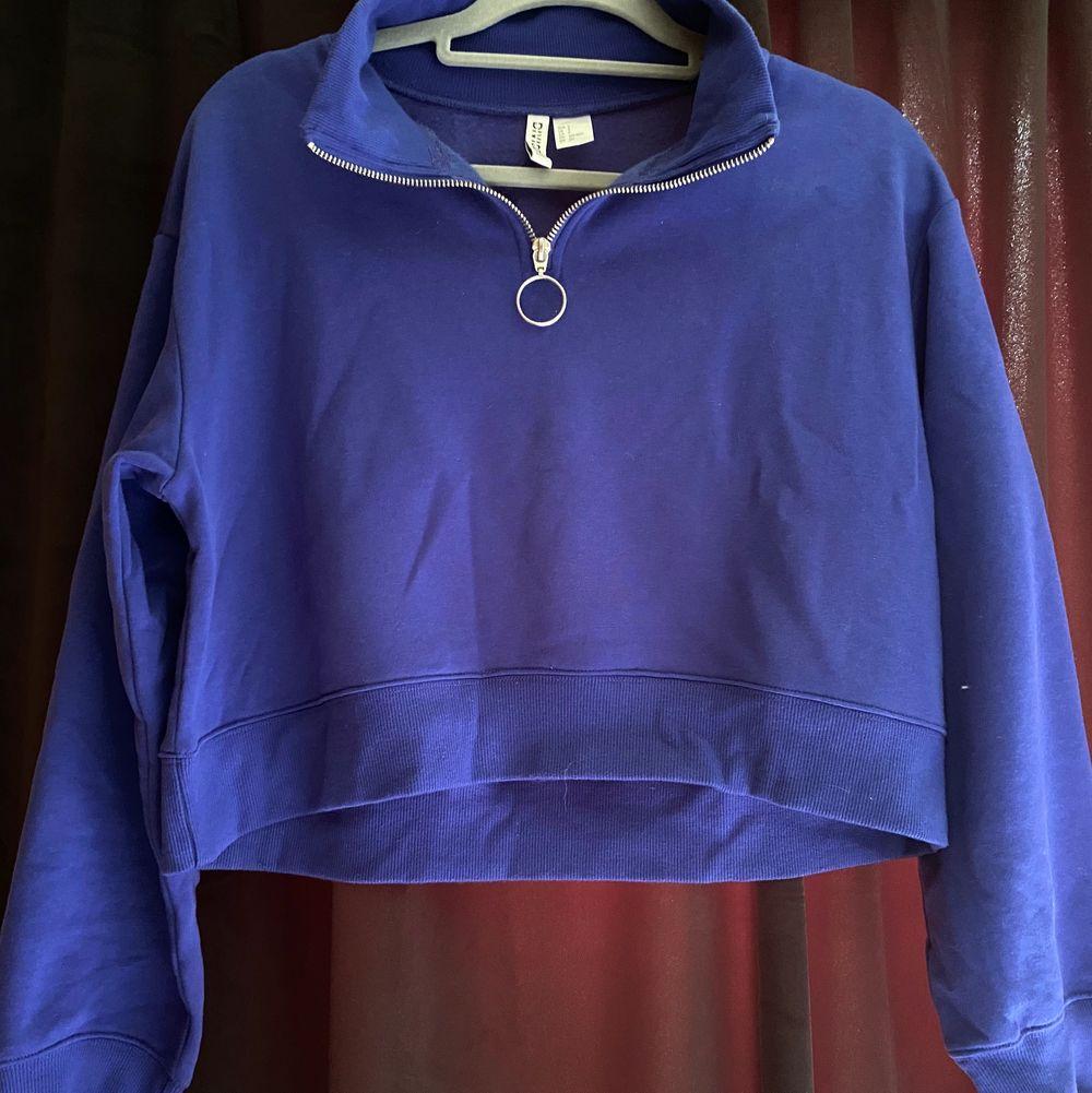 En favorit i garderoben. Kroppad sweatshirt liknande från hm. Jätte fina skick men kommer tyvärr inte till användning längre pga inte min stil. Super fin och kan stylas till mycket.. Tröjor & Koftor.