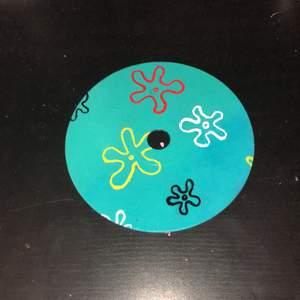 Handmålad cd skiva som föreställer en svampbob bakgrund🦑🐙 Målad med akrylfärg och har ett glansigt lacköverdrag över💞