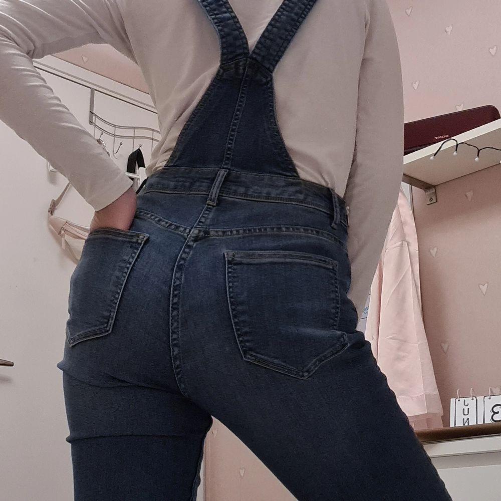 Hängselbyxor med två fickor på baksidan av plagget och en på framsidan. Den är i storlek S men folk med XS kan också använda den, då den har justerbara axelband. Köpt från H&M och endast testad en gång, då jag inte gillar passformen hur den sitter på mig.. Jeans & Byxor.